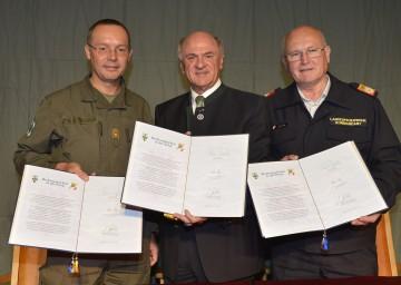 Landeshauptmann Dr. Erwin Pröll mit dem niederösterreichischen Militärkommandanten Rudolf Striedinger und dem Landesfeuerwehrkommandanten Josef Buchta.