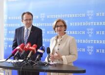 Landeshauptfrau Johanna Mikl-Leitner und Bürgermeister Matthias Stadler im Zuge der Pressekonferenz im NÖ Landhaus in St. Pölten.