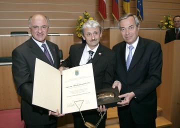 Landeshauptmann Dr. Erwin Pröll und der Vorsitzende des Senats der Donau-Universität Krems, Univ.Prof. Dr. Manfred Straube, überreichten Mikulas Dzurinda (Bild Mitte) den Preis für Europäische Regionale Integration 2007.
