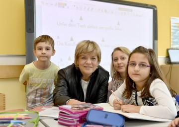 Landesrätin Mag. Barbara Schwarz freut sich über den Beschluss, gemeinsam mit den Gemeinden in moderne Bildungseinrichtungen zu investieren.