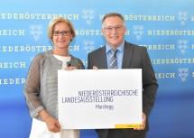 Landeshauptfrau Johanna Mikl-Leitner gratuliert Bürgermeister Gernot Haupt, dass die Landesausstellung 2022 in Marchegg stattfindet. (v.l.n.r.)
