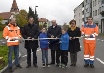 Verkehrsfreigabe für die neue Bahnhofstraße in Gmünd mit NÖ Straßenbaudirektor DI Josef Decker, Landeshauptmann Dr. Erwin Pröll und Bürgermeisterin Helga Rosenmayer. (v.l.n.r.)
