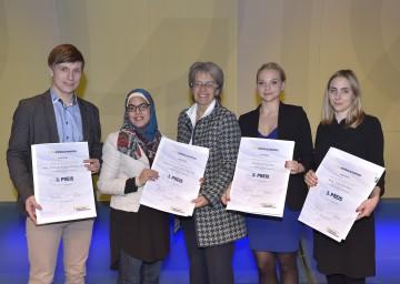 Landesrätin Dr. Petra Bohuslav (Mitte) gratulierte den Preisträgern des 6. Niederösterreichischen Journalistenpreises Thomas Koppensteiner (3. Platz), Nermin Ismail (1. Platz), Katharina Fischer (2. Platz) sowie Julia Schrenk (3. Platz). (v.l.n.r.)