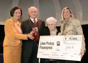 Erstmals Liese Prokop-Frauenpreis verliehen: Im Bild Landesrätin Mag. Johanna Mikl-Leitner, Landeshauptmann Dr. Erwin Pröll, Preisträgerin Maria Loley und Dir. Elisabeth Stadler von der UNIQA (v.l.n.r.).