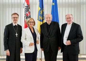 Von links nach rechts: Der evangelische Superintendent Lars Müller-Marienburg, Landeshauptfrau Johanna Mikl-Leitner, der Wiener Erzbischof Kardinal Christoph Schönborn, der St. Pöltner Diözesanbischof Alois Schwarz.