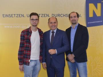Im Bild von links nach rechts: Tischlerlehrling Bernd Hofleitner-Bartmann aus Wiesmath, Landeshauptmann-Stellvertreter Mag. Wolfgang Sobotka und Tischler Leo Moser.