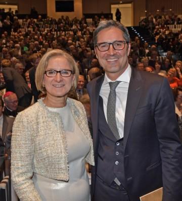 Beim Festlichen Abend anlässlich des Landesfeiertages im Festspielhaus: Landeshauptfrau Johanna Mikl-Leitner mit dem Gastredner, dem Südtiroler Landeshauptmann Arno Kompatscher.