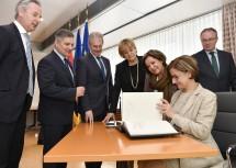 Nach der Sitzung erfolgte die Eintragung ins Goldene Buch des Landes Niederösterreich.
