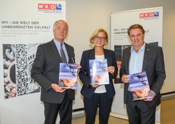 MIT NÖ-Fachgruppenobmann Veit Schmid-Schmidsfelden, Landeshauptfrau Johanna Mikl-Leitner und WKNÖ-Präsident Wolfgang Ecker mit dem Positionspapier.