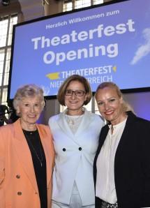Landeshauptfrau Johanna Mikl-Leitner mit Waltraud Haas und Verena Scheitz von den Wachaufestspielen in Weißenkirchen.