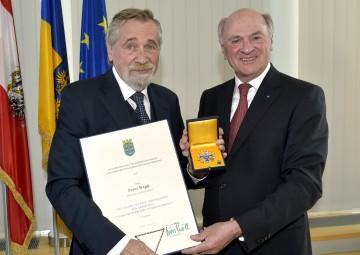 """Landeshauptmann Dr. Erwin Pröll (rechts) überreichte Moderator und Showmaster Peter Rapp (links) das \""""Große Goldene Ehrenzeichen für Verdienste um das Bundesland Niederösterreich\""""."""