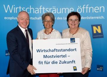 Im Bild von links nach rechts: ecoplus Geschäftsführer Helmut Miernicki, Wirtschafts- und Tourismuslandesrätin Petra Bohuslav, stellvertretende  ecoplus Aufsichtsratsvorsitzende Michaela Hinterholzer