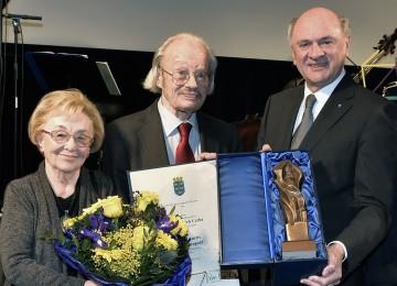 Landeshauptmann Dr. Erwin Pröll (rechts) überreichte dem Komponisten Friedrich Cerha eine Bronze-Statuette des Heiligen Leopold (im Bild mit Gattin Gertraud).