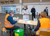 Landeshauptfrau Johanna Mikl-Leitner informierte sich bei Mitarbeitern der Teststraße in Tulln