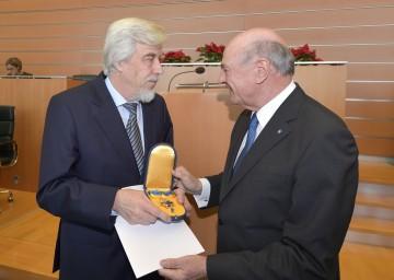 """Prof. Dr. Rolf-Dieter Heuer, der ehem. Generaldirektor der Europäischen Organisation für Kernforschung (CERN), wurde von Landeshauptmann Dr. Erwin Pröll mit dem \""""Goldenen Komturkreuz des Ehrenzeichens für Verdienste um das Bundesland Niederösterreich\"""" ausgezeichnet."""