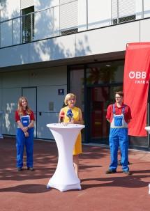 Landeshauptfrau Johanna Mikl-Leitner mit den Lehrlingen Hannah und Manuel