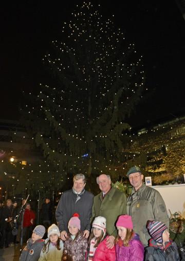 Landeshauptmann Dr. Erwin Pröll mit Hypo-Gen.Dir. Dr. Peter Harold bei der Illuminierung des Landhaus-Christbaumes in St. Pölten