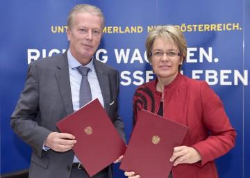 Unterstützung für Unternehmerinnen und Unternehmer: Vizekanzler und Wirtschaftsminister Dr. Reinhold Mitterlehner sowie Wirtschafts-Landesrätin Dr. Petra Bohuslav. (v.l.n.r.)