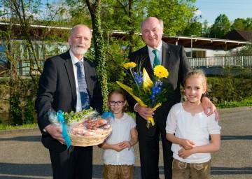 Bürgermeister Mag. Günther Leichtfried mit seinen zwei Enkelkindern und Landeshauptmann Dr. Erwin Pröll beim Festakt anlässlich 40 Jahre Stadterhebung in Wieselburg.
