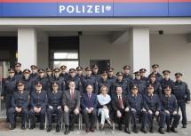 Die Ehrengäste mit den Beamtinnen und Beamten der neuen Polizeiinspektion Bahnhof St. Pölten.