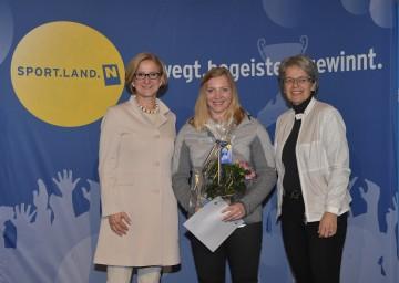 Feierliche Olympiaverabschiedung von Slalom-Ass Katharina Gallhuber (Mitte) durch Landeshauptfrau Johanna Mikl-Leitner (links) und Sport-Landesrätin Petra Bohuslav (rechts)