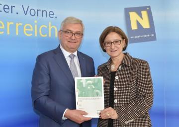 Im Bild von links nach rechts:  Alfred Riedl, Präsident des NÖ Gemeindebundes, und Landeshauptmann-Stellvertreterin Mag. Johanna Mikl-Leitner