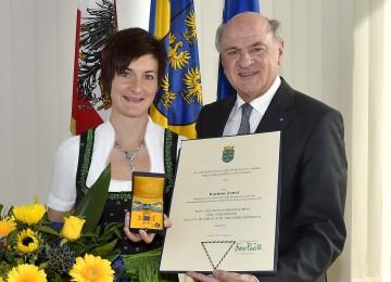 """Das \""""Goldene Ehrenzeichen für Verdienste um das Bundesland Niederösterreich\"""" überreichte Landeshauptmann Dr. Erwin Pröll der Skirennläuferin und Weltmeisterin Kathrin Zettel."""