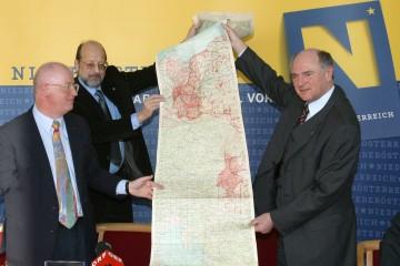 Schloss Schallaburg ist im Jahr 2005 Schauplatz der Staatsvertragsausstellung. Landeshauptmann Dr. Erwin Pröll, Dr. Gottfried Stangler und Univ.Prof. Dr. Stefan Karner (v.r.n.l.) präsentierten heute das Konzept und zeigten auch ein Originaldokument.