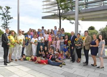 Landesrätin Barbara Schwarz mit Unterstützern und Sponsoren beim Besuch der Ferienbetreuungsaktion im NÖ Landhaus