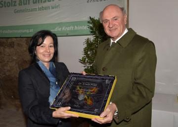 Verleihung der Ehrenbürgerschaft an Landeshauptmann Dr. Erwin Pröll durch Bürgermeisterin Margit Göll.