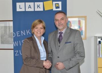 NÖ Sprachenoffensive ist eine Erfolgsgeschichte. Im Bild von links nach rechts: Landesrätin Mag. Barbara Schwarz und Dr. Christian Milota, Geschäftsführer der NÖ Landesakademie.