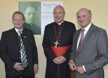 Landeshauptmann Dr. Erwin Pröll, Kardinal Dr. Christoph Schönborn und Bürgermeister Josef Freiler vor der Gedenktafel für Pfarrer Franz Füssl, der 1932 die Passionsspiele Kirchschlag begründet hat.