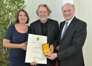 """Landeshauptmann Dr. Erwin Pröll überreichte das """"Große Goldene Ehrenzeichen für Verdienste um das Bundesland Niederösterreich"""" an Prof. Peter Loidolt."""