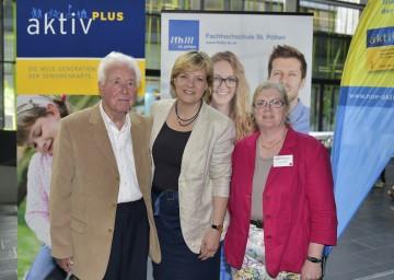 Landesrätin Mag. Barbara Schwarz (Mitte) mit den Teilnehmern der Uni aktiv-plus, Josef und Ingeborg Wolf aus St. Pölten, an der Fachhochschule St. Pölten. (v.l.n.r.)