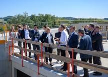 Die Ehrengäste machten sich bei der Gleichenfeier ein Bild vom Baufortschritt.