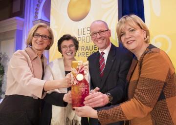 Gratulation an Hauptpreisträgerin Patricia Engel (2.v.l.): Landeshauptfrau Johanna Mikl-Leitner, Rektor Friedrich Faulhammer von der Donau-Universität Krems und Frauen-Landesrätin Barbara Schwarz (v.l.n.r.)