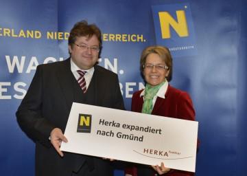 Wirtschafts-Landesrätin Dr. Petra Bohuslav und Mag. Thomas Pfeiffer, Geschäftsführer der Herka GmbH., präsentierten die Sicherung des ehemaligen Eybl-Standortes in Gmünd.
