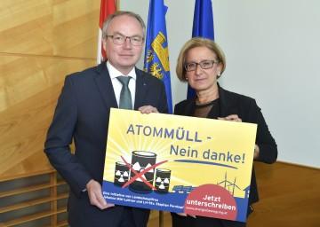 Auf Initiative von Landeshauptfrau Johanna Mikl-Leitner und LH-Stellvertreter Stephan Pernkopf wurde eine niederösterreichweite Unterschriftenaktion gegen geplante Endlager-Standorte an der niederösterreichischen Grenze gestartet.