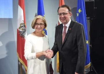 """Landeshauptfrau Johanna Mikl-Leitner und Bürgermeister Matthias Stadler gaben die Bewerbung St. Pöltens als """"Europäische Kulturhauptstadt 2024"""" bekannt."""