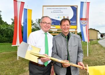 LH-Stellvertreter Stephan Pernkopf und Bürgermeister Rudolf Divinzenz freuen sich über den Start der Arbeiten für den Donau-Hochwasserschutz in St. Pantaleon-Erla. (v.l.n.ör.)