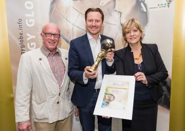 """Die Gemeinde Ober-Grafendorf holte sich den Gesamtsieg beim """"Energy Globe Award"""": Direktor Ing. Josef Meisl, Bürgermeister DI (FH) Rainer Handlfinger und Landesrätin Mag. Barbara Schwarz. (v.l.n.r.)"""