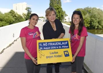 Die Läuferinnen Stefanie Gugerell (links) und Mag. Alexandra Köszali (rechts) im neuen Funktionsshirt des NÖ Frauenlaufs mit Landesrätin Mag. Barbara Schwarz (Mitte).