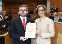 Der neue Landesrat DI Ludwig Schleritzko mit Ernennungsdekret und die neue Landeshauptfrau Mag. Johanna Mikl-Leitner (v.l.n.r.)