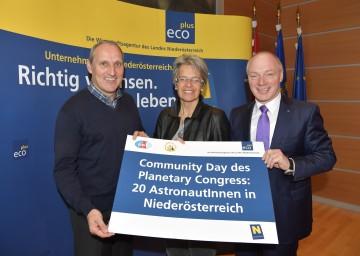 Im Bild von links nach rechts: DI Franz Viehböck, Gastgeber der Astronautenkonferenz ASE, Landesrätin Dr. Petra Bohuslav, ecoplus-Geschäftsführer Mag. Helmut Miernicki