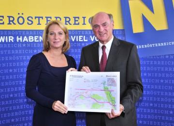 Landeshauptmann Dr. Erwin Pröll und Bundesministerin Doris Bures informierten über den Bau der S 8 - Marchfeldschnellstraße.