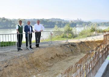 Ausbau des Hochwasserschutzes: Nationalrat DI Georg Strasser, Bürgermeister Josef Kronsteiner (Emmersdorf) und Landesrat Dr. Stephan Pernkopf. (v.l.n.r.)