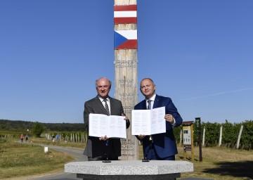 Landeshauptmann Dr. Erwin Pröll und Kreishauptmann JUDr. Michal Hasek unterzeichneten die Kooperationsvereinbarung über die grenzüberschreitende Zusammenarbeit im Rettungsdienst zwischen dem Land Niederösterreich und dem Kreis Südmähren.