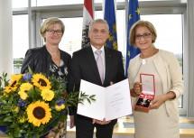 Landesamtsdirektor Johann Lampeitl, im Bild mit Gattin Eva, konnte das Ehrenzeichen aus den Händen von Landeshauptfrau Johanna Mikl-Leitner entgegen nehmen.