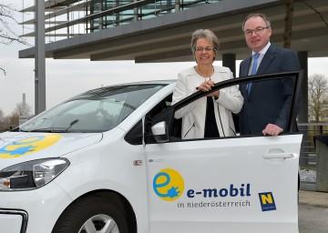 Wirtschafts-Landesrätin Dr. Petra Bohuslav und Umwelt-Landesrat Dr. Stephan Pernkopf präsentieren die 1.000 Euro Anschlussförderung für das E-Mobilitätspaket des Bundes. (v.l.n.r.)