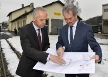 Begutachtung der Pläne für das Neubauprojekt der NÖVOG am Alpenbahnhof in St. Pölten: Verkehrs-Landesrat Mag. Karl Wilfing und NÖVOG-Geschäftsführer Dr. Gerhard Stindl. (v.l.n.r.)